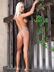 Platinum blonde hair on this gorgeous model with flexible hips and mesmerizing eyes, she gets naked outside and you can not stop watching.