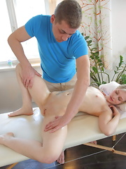 Tricky masseur warms up his pretty client just to fuck her